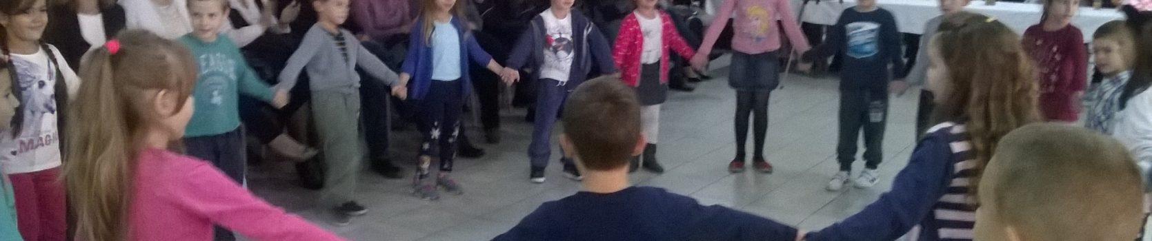"""Деца из вртића """"Брезе"""" у посети Геронтолошком центру"""